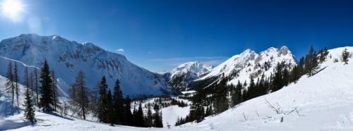 Pogled iz vrha proti Stolu in Vrtači