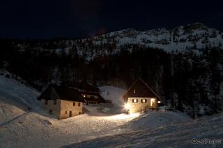 Blejska koča na Lipanci ponoči