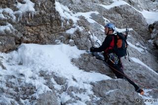 Nekaj skal drži skupaj led in ne vlivajo zaupanja