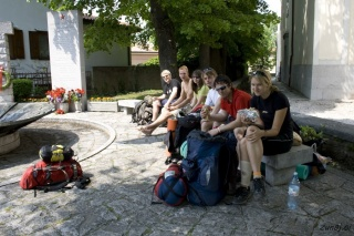 Pred cerkvijo v Basovizzi si naredimo kosilo