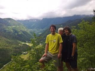 Kolesarji z dolino Kokre v ozadju