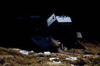 Češka koča obsijana s soncem