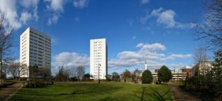 Park in stolpnice v ozadju