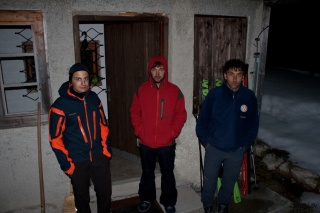 Trojica pred kočo