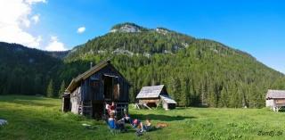 Počitek pred stanom na planini Blato