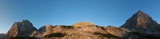 S soncem obarvane gore v okolici Bivaka IV