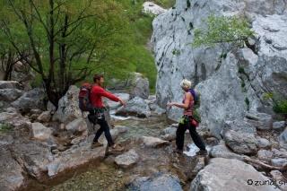 Zaljubljena med prečkajem potoka