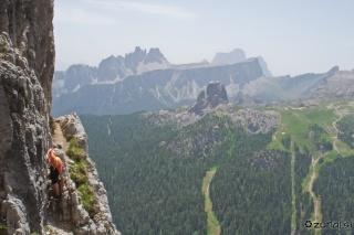 Na široki polici cug pred vrhom
