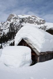 V sneg oddeta hiška