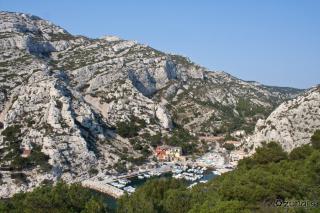 Pogled na naselje in stene nad njim