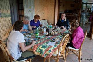 Vsi za mizo pri večerji