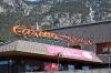 Na poti je trgovina Casino, kjer se ustavijo tudi vse agencije